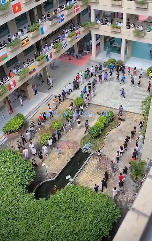"""【视频】深国交2020应届毕业生抱着""""金钥匙""""翩翩起舞"""