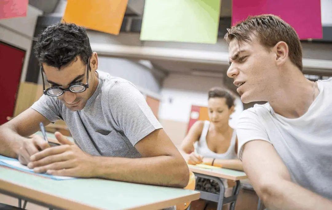在英国大学里充满着幽幻恐怖:闹鬼,水怪、裸奔... 处处有惊奇  英国大学 第1张